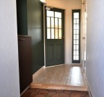 モスグリーンの扉のホール