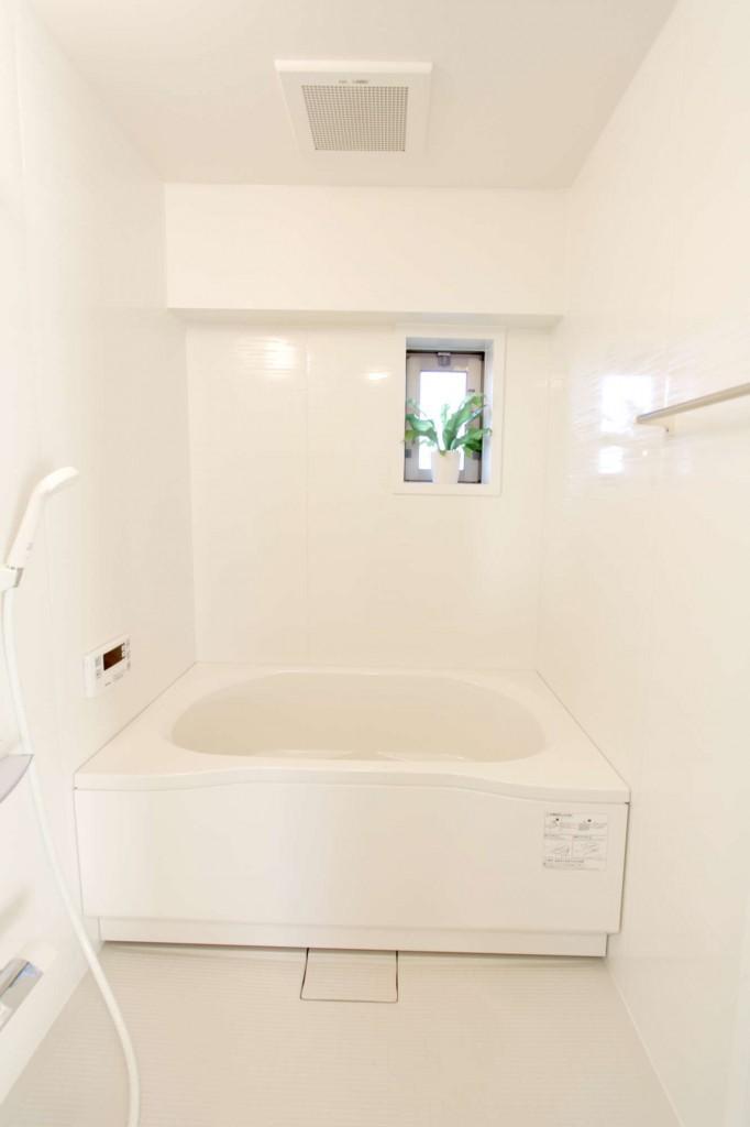 新しくて明るいバスルーム