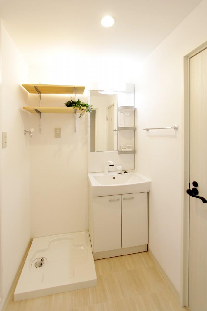 明るくてキレイな新品の洗面所・洗濯機置き場