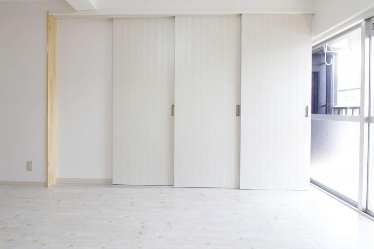 3枚ドアの洋室