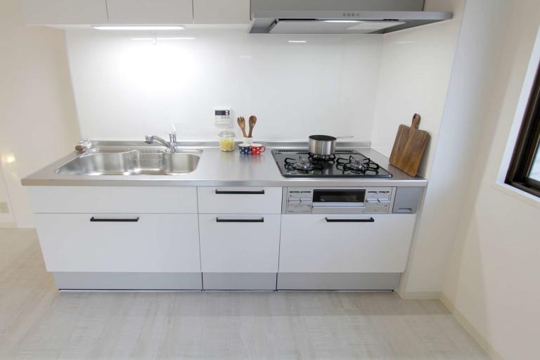 白を基調としたシステムキッチン