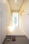 大容量の下駄箱つき 明るい玄関ホール