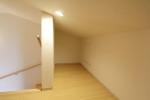 ロフトへは階段でアクセス可能です